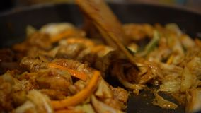 еда 4K Dakgalbi корейская Шеф-повар варя пряного зажаренного цыпленка с овощами акции видеоматериалы