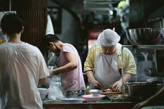Еда Uan PochanaStreet парня Kuai на Yaowarat стоковая фотография rf