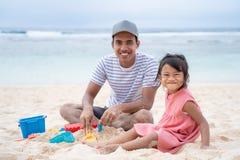 Единение отца и маленькой девочки когда взгляд на камере стоковое фото rf
