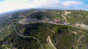 Единственная гостиница обочины для туристов в горах, террасных холмах с оливковыми деревами видеоматериал