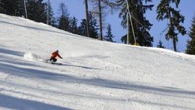 Единственный лыжник вниз с piste на высокой скорости Стоковые Изображения RF