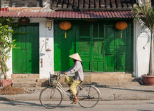 Едущ велосипед в Hoi, Вьетнам Стоковые Фотографии RF