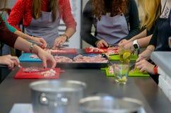 Еды женщины варя в кухне Стоковые Фото