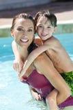 ее бассеин мати взваливает на плечи заплывание сынка стоковая фотография