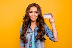 Ее близкого поднимающего вверх фото красивое она дама держит покупателя кредитной карточки состоятельный самоуверенный bossy сног стоковые изображения