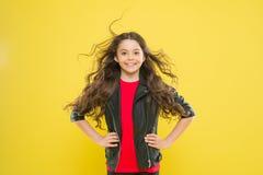 Ее волосы излучают здоровье Защитите волосы от повреждения ветра Стиль причесок прелестного ребенк девушки длинный волнистый Вете стоковые фотографии rf