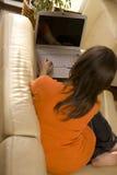 ее детеныши домашней женщины компьтер-книжки работая Стоковое Изображение