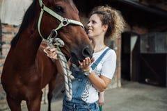 ее детеныши женщины лошади стоковое фото