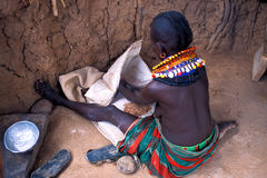 ее женщина turkana Кении хаты стоковая фотография