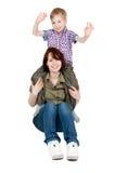 ее мама играя детенышей сынка Стоковое фото RF