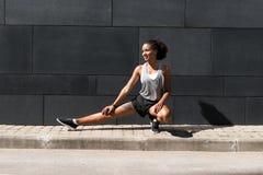 ее ноги протягивая женщину Стоковое Изображение