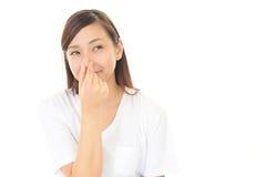 ее нос сжимает женщину Стоковая Фотография
