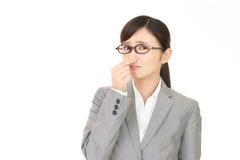 ее нос сжимает женщину Стоковое Изображение RF