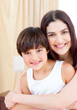 ее обнимая сынок мати ся Стоковая Фотография