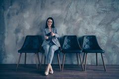 Ее она дама финансиста менеджера высшего звена славного шикарного шика жизнерадостная первоклассная ждать встречу hr играя Онлайн стоковая фотография