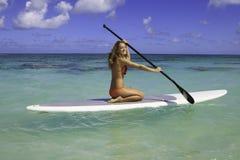ее подросток paddleboard Стоковая Фотография