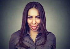 ее показывая детеныши женщины языка стоковое фото rf