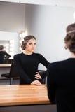 ее смотря женщина отражения зеркала Стоковое Фото