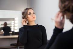 ее смотря женщина отражения зеркала Стоковые Изображения