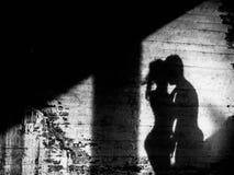 Ее тень удлиненная как после полудня нарисовала дальше Стоковое Изображение RF