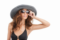 Ее brandnew солнечные очки. Портрет привлекательных молодых женщин внутри Стоковое Изображение