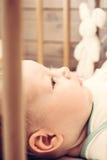 лежать ребенка кровати счастливый Стоковое Изображение RF