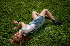 лежать травы девушки Стоковое Изображение