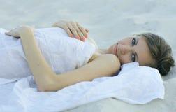 лежа детеныши женщины песка Стоковые Фотографии RF