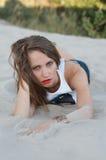 лежа детеныши женщины песка Стоковое фото RF