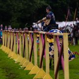Ежегодный средневековый бясь на поединке турнир на дворце Linlithgow, Шотландии стоковые фотографии rf