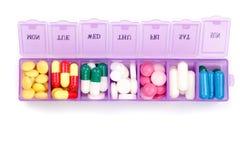 Ежедневная коробка пилюльки при медицинские пилюльки изолированные на белой предпосылке Взгляд сверху Плоское положение Стоковое Изображение