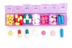 Ежедневная коробка пилюльки при медицинские пилюльки изолированные на белой предпосылке Взгляд сверху Плоское положение Стоковые Фотографии RF