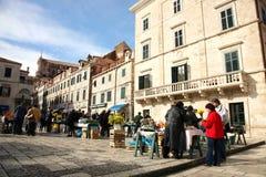 Ежедневно, рынок в Дубровник, Хорватия утра стоковое фото rf