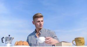 Ежедневные традиции Завтрака традиция выходных outdoors Гай наслаждается большим началом дня Небо чашки кофе владением человека стоковое фото rf