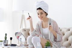Ежедневный режим Молодая женщина с делать вьющиеся волосы составляет стоковые фотографии rf