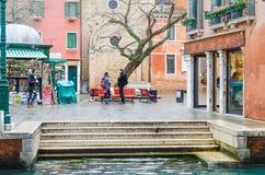 Ежедневная жизнь в Венеции когда оно идет дождь Стоковые Изображения