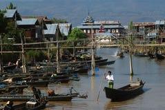Ежедневная жизнь в канале около озера Inle, Мьянмы Стоковые Изображения