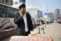 Ежедневная жизнь - продавец помадок улицы Стоковые Фото
