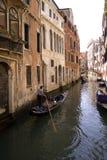Езда гондолы в малом канале, Венеции Италии Стоковые Изображения RF