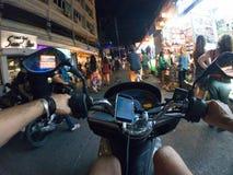 Езда города Азии Таиланда самоката взгляда персоны улицы велосипеда езды ночи первая городская Стоковое Изображение