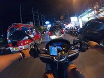 Езда города Азии Таиланда самоката взгляда персоны улицы велосипеда езды ночи первая городская Стоковая Фотография RF