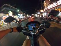 Езда города Азии Таиланда самоката взгляда персоны улицы велосипеда езды ночи первая городская Стоковое фото RF