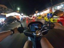 Езда города Азии Таиланда самоката взгляда персоны улицы велосипеда езды ночи первая городская Стоковые Изображения