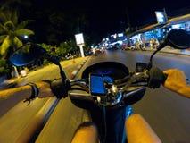 Езда города Азии Таиланда самоката взгляда персоны улицы велосипеда езды ночи первая городская Стоковые Фото