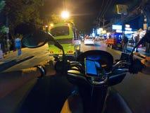 Езда города Азии Таиланда самоката взгляда персоны улицы велосипеда езды ночи первая городская Стоковые Изображения RF