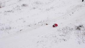 Езда девушки на белых снежных горах и падения теряя их крышку Праздники рождества моделирование характера динамически движение ме видеоматериал