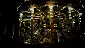 Езда детей на carousel Красивая привлекательность акции видеоматериалы