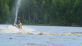 Езда мамы и дочери вдоль реки на личном watercraft акции видеоматериалы