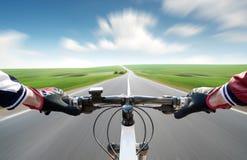 Езда на bycycle на дороге Стоковое Изображение
