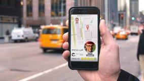 Езда польз человека деля App на телефоне для того чтобы вызвать водителя видеоматериал